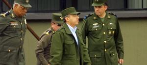 """Apatzingán, Mich.,  Vestido con chamarra y gorra militares, el presidente Felipe Calderón empezó el año rindiendo tributo a soldados, marinos y policías,  a quienes ordenó que no desfallezcan en la tarea de terminar con la delincuencia organizada, Acompañado por los integrantes de su gabinete de seguridad, desayunó o como él dijo en términos de la jerga militar compartió """"el rancho"""" con unos 250 elementos de las fuerzas federales en el Zona Militar número 43 del Ejército Mexicano. El Ejecutivo realizó su primera actividad pública de 2007 en esta entidad, donde el año pasado sumaron más de medio millar de ejecuciones, precisamente en uno de los municipios más afectados por el narcotráfico   3 de Enero del 2007  Foto: Gustavo Aguado"""